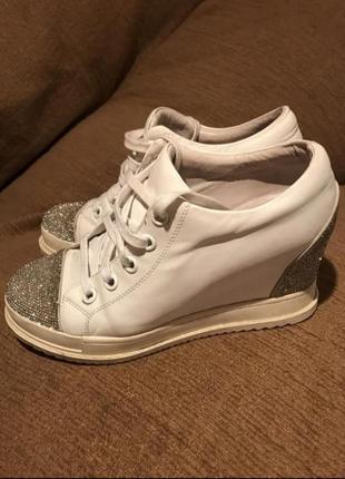 Сникерсы туфли на скрытой платформе