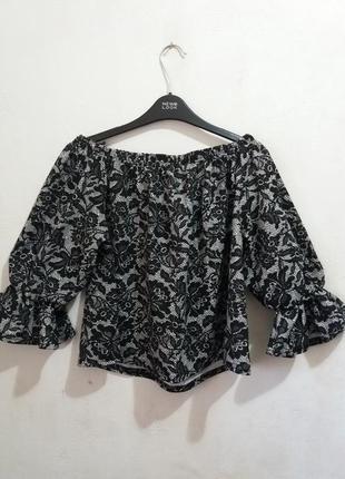 Милая блуза со спущенными плечами и воланами с эмитацией кружева