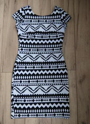 Літнє плаття з відкритою спиною