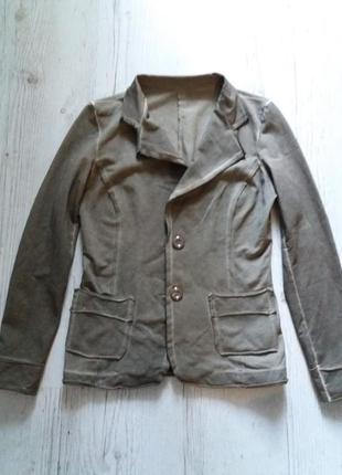 Стильный трикотажный пиджак с элементами потертости