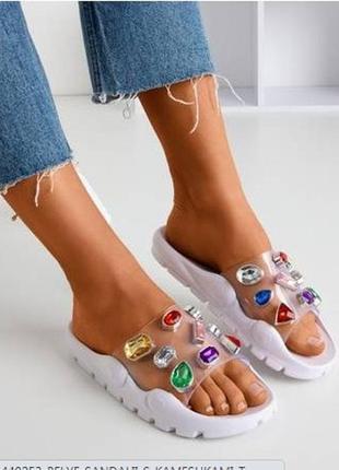 Белые сандалии с камешками