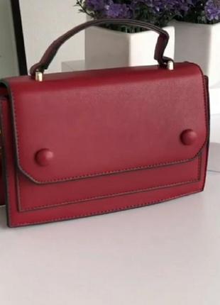 Практичная прямоугольная сумочка