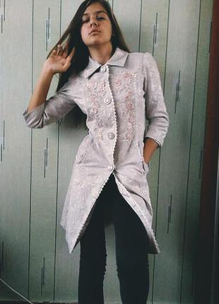 Очень женственное серое легкое пальто плащ