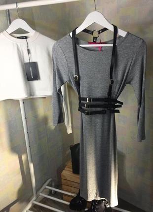 Серое платье в рубчик по фигуре новое с биркой xs s m boohoo