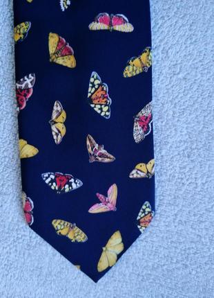 Красивый галстук с мотыльками