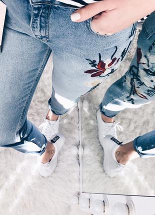 Синие джинсы mom boyfriend с вышивкой и высокой талией dilvin