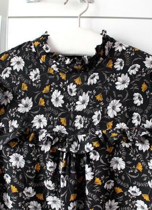Блуза з воланами