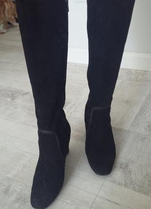 Черные замшевые демисезонные сапоги на каблуке