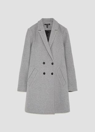Стильное двубортное пальто с боковыми карманами от zara