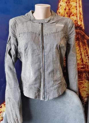 Стильная джинсовая куртка в мелкую полоску на молнии