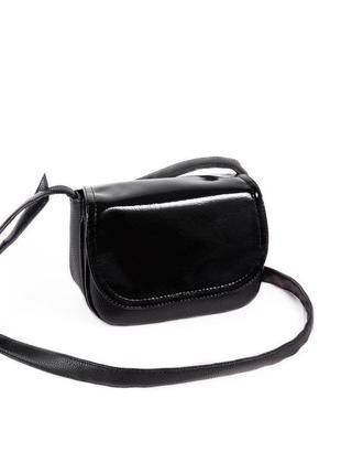 Маленькая сумка через плечо кросс боди черная с лаковым клапаном