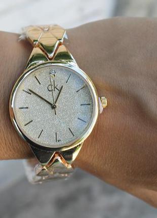 Новые красивые металлические часы, золотистые