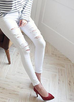 Белые раваные джинсы с разрезами