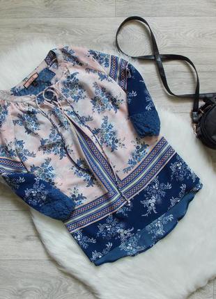 Блуза с шнуровкой и декорирована кружевом