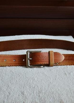 Кожаный ремень с узорами.