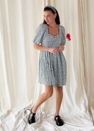 Платье в цветочек с открытой спиной