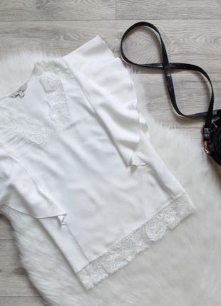 Блуза декорирована кружевом
