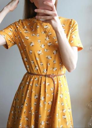 Горчичное платье в цветы