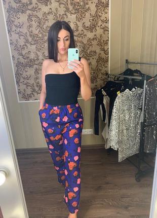 Стильные брюки от брэнда na-kd