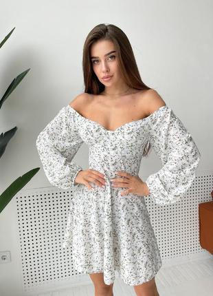 Нежное белое платье в цветочный принт, с открытыми плечами. распродажа.