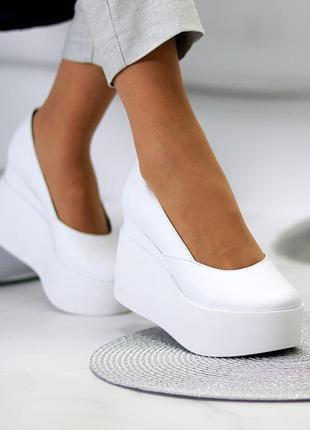 Шикарные женские кожаные белые  туфли на платформе