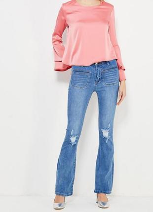 Кльошнi джинси з високою талiєю з рвамини колiнами