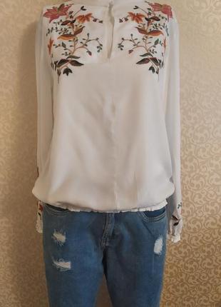 Белая блуза с вишивкой benetton