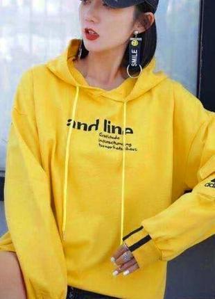 Худи женская трикотажная желтого цвета с капюшоном и принтом на груди