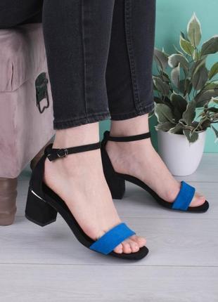 Стильные черные замшевые синие босоножки на широком устойчивом каблуке с закрытой пяткой