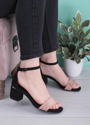 Стильные черные замшевые бежевые босоножки на широком устойчивом каблуке с закрытой пяткой