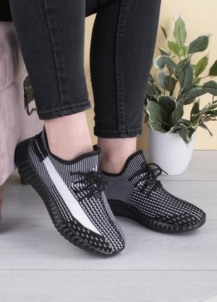 Женские черно-белые кроссовки на шнуровке