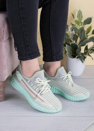 Женские серо-зеленые кроссовки на шнуровке