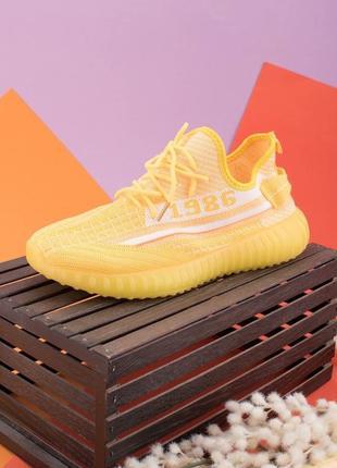 Женские бело-желтые кроссовки на шнуровке