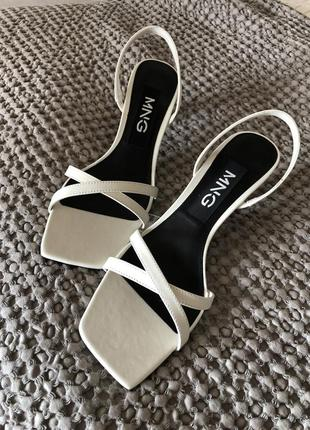 Белые босоножки с квадратным носком