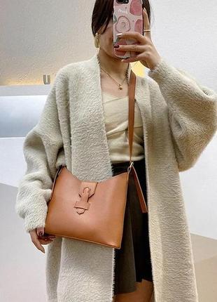 Стильная сумочка в коричневом цвете 2021 тренд хит