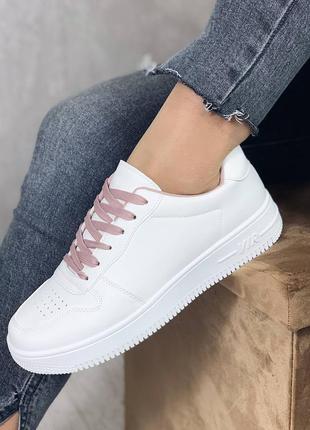 Стильные белые кроссовки с шнурками цвета пудры