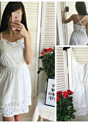 Белое коттоновое платье с кружевом hollister