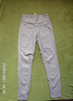 Базовые бежевые джинсы с высокой посадкой