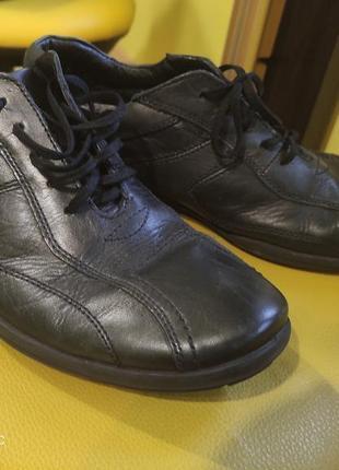 Чоловічі туфлі.