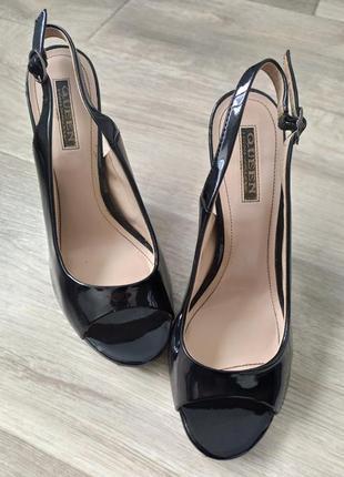 Черные лаковые босоножки на шпильке туфли