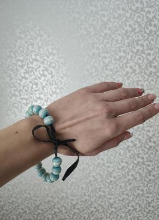 Голубой браслет из бусин камней на кожаном шнурке, украшение на руку