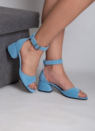 Замшевые нежно-голубые босоножки на каблуке 5 см