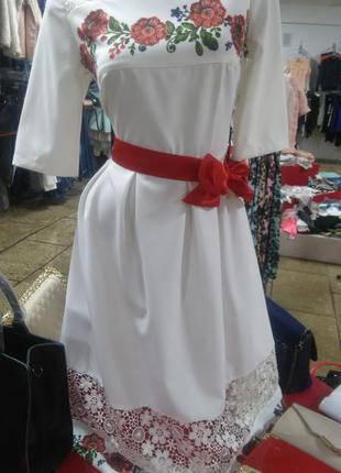 Белое платье с украиским орнаментом и гипюром