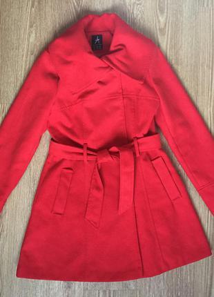Трендовое красное пальто atmosphere