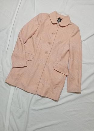 Пудровое фактурное пальто с воротником