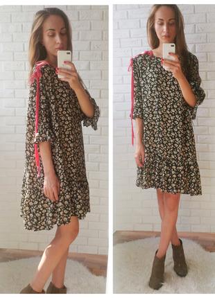 Цветочное платье в оборках и бархатной шнуровкой на плече