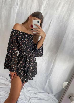 Платье в цветочный принт с открытыми плечами