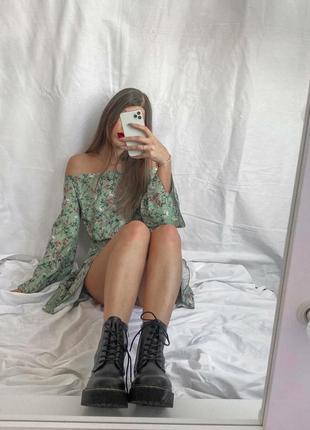 Оливковое платье в цветочный принт с открытыми плечами