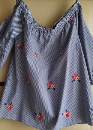 Красивая блузка с вышивкой.