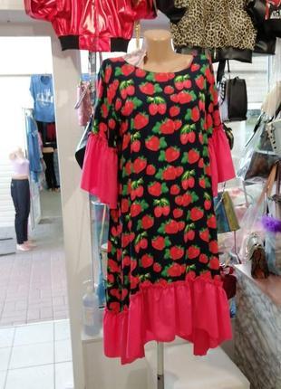 Красивое платье разлетайка с весёлыми клубничками удлинённая спинка рюши и воланами